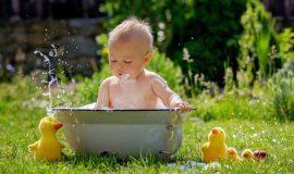 Giải đáp: Có nên tắm nước lá cho trẻ sơ sinh hay không